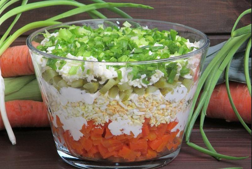 Овощной слоеный салат с плавленым сыром и яйцом: и сам по себе вкусен, и может заменить любой гарнир