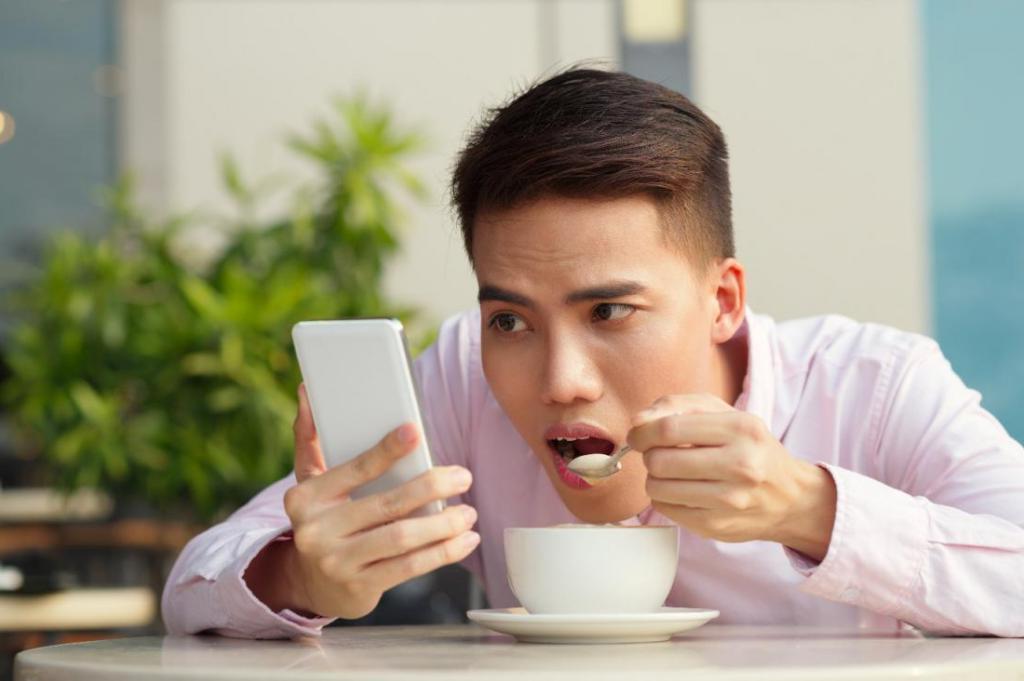 """""""Начинаем думать смайликами"""": психолог перечислил признаки зависимости от смартфона"""