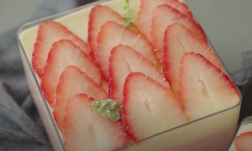 Рецепт клубничного чизкейка с печеньем и нежнейшим сливочным кремом: готовится очень быстро и просто