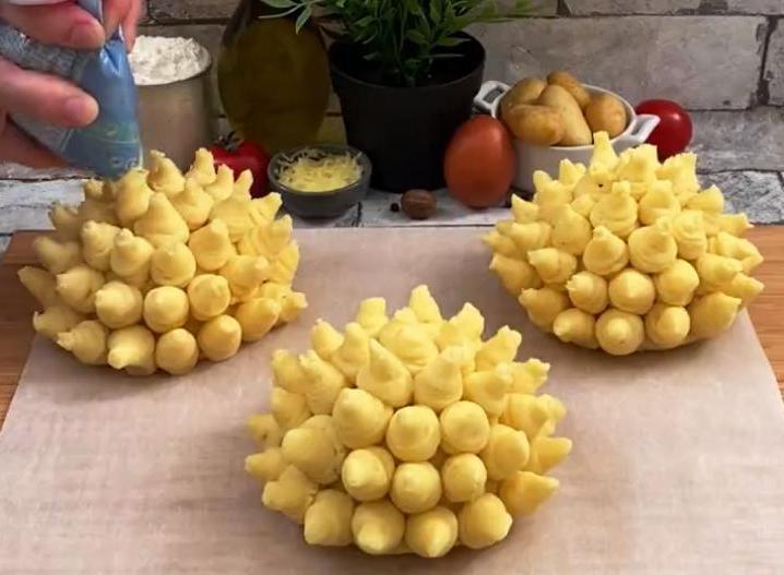 """Эффектная закуска для праздничного стола: готовим хрустящие """"цветочки"""" из картофельного пюре"""
