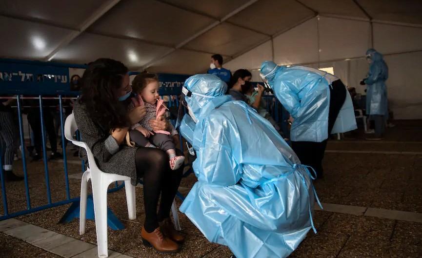 В Израиле даром ничего не пропадает: медсестры умудряются распределять вакцину на 6 человек вместо заявленных 5