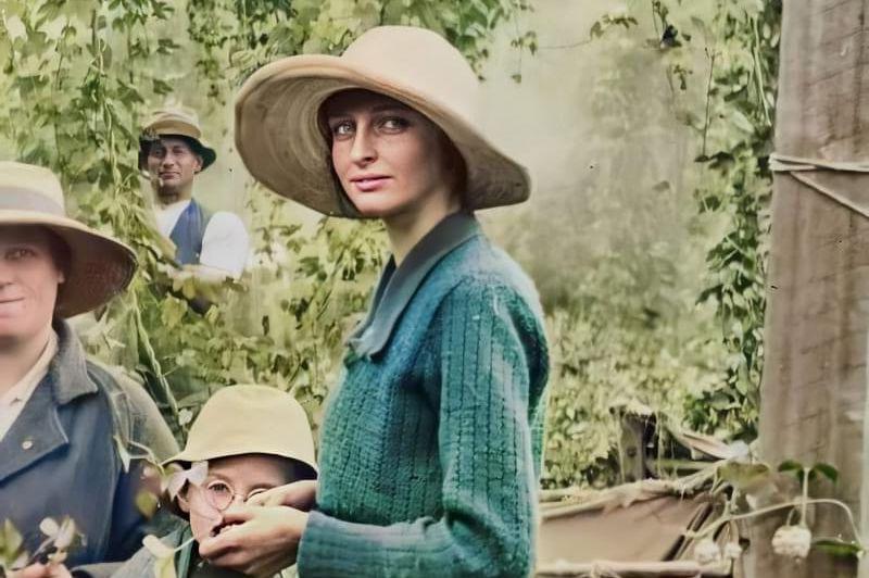 Австралийский фотограф Адам Тейлор возвращает к жизни прошлое, раскрашивая старинные снимки