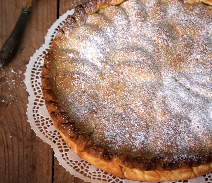 Нашла интересный рецепт домашнего пирога с необычной начинкой: под румяным тестом находятся яблоки, смородина, орешки и листья свеклы