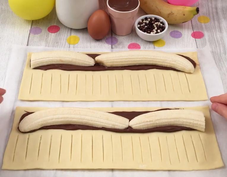 """Шоколадная """"гирлянда"""" с ореховым кремом и бананом давно стала символом семейного чаепития: один противень и никакого торта не надо"""