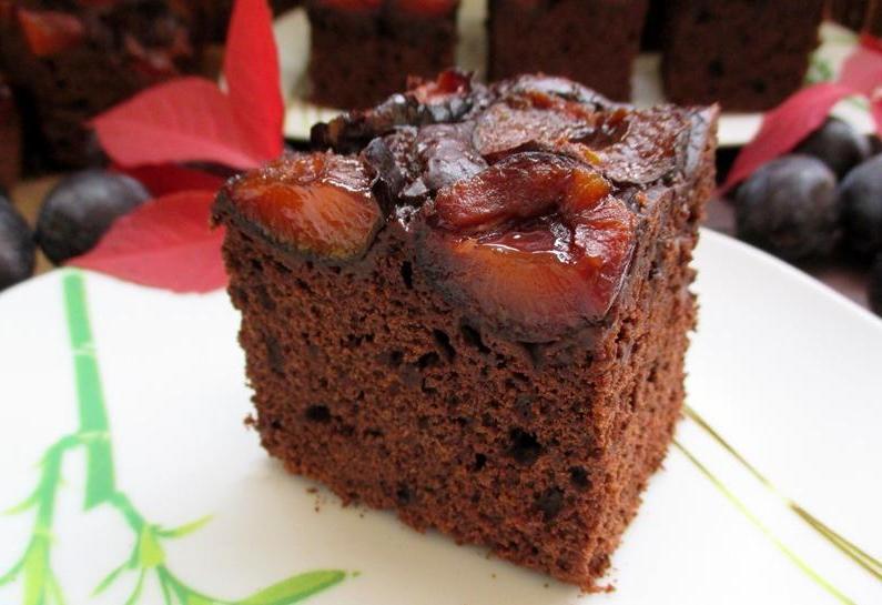 Шоколадный пирог со сливами: отличный десерт для семейного чаепития