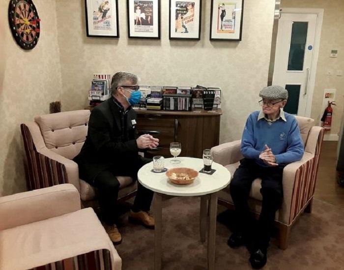 Британским старикам можно позавидовать: пока все сидят на карантине, в доме престарелых открылся паб