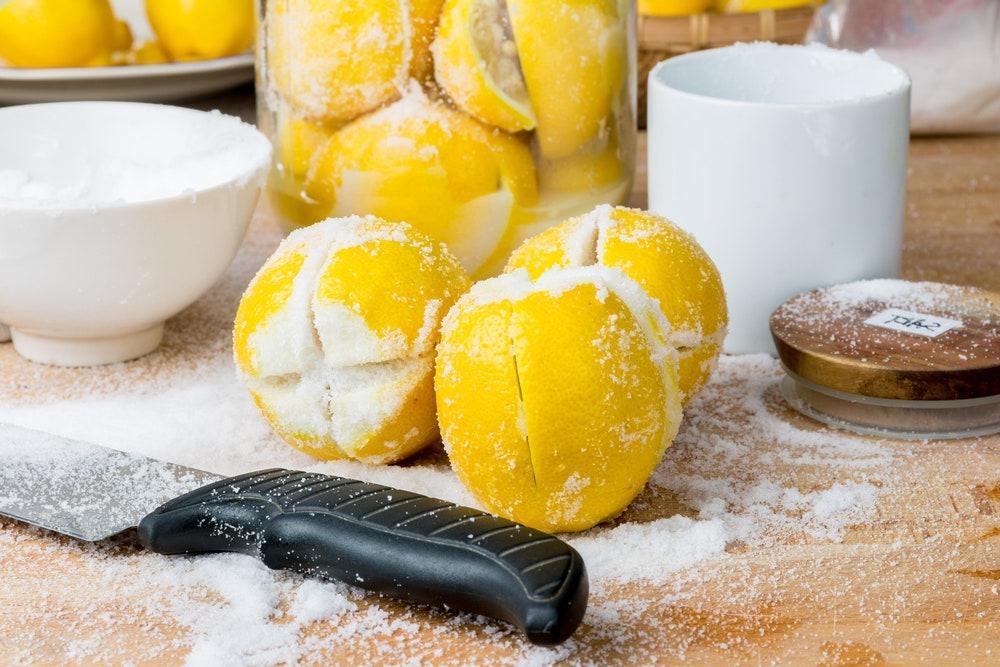 У меня свежие лимоны всегда под рукой, вернее, в банке: покупаю на распродаже и засыпаю морской солью