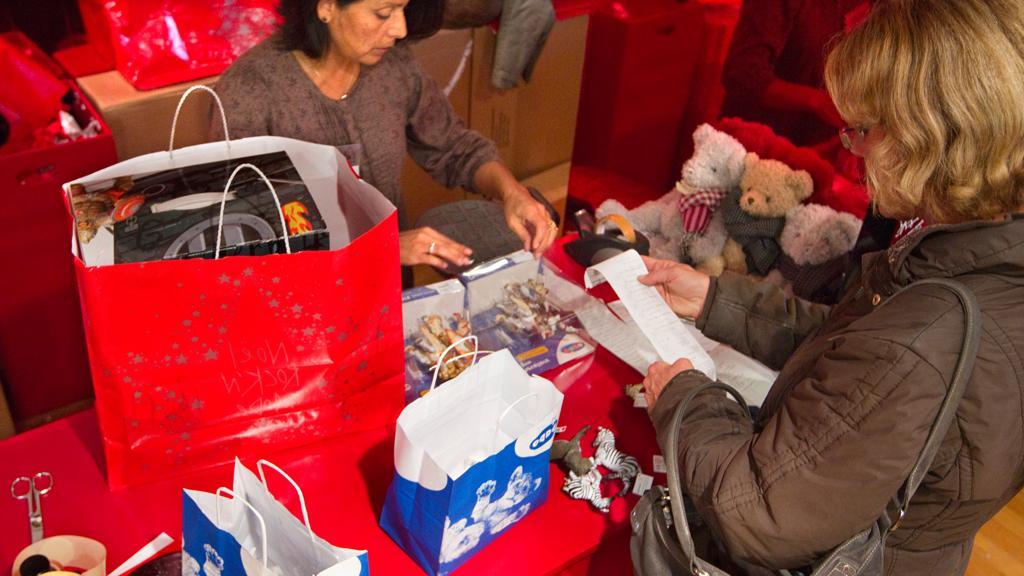 Безделушка, а приятно! SuperJob выяснил, что половина россиян довольны подарками, которые им подарили на Новый год