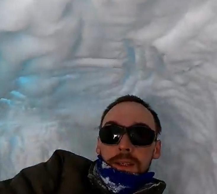 Биолог Леонид Зайка залез в берлогу белого медведя и показал ее изнутри