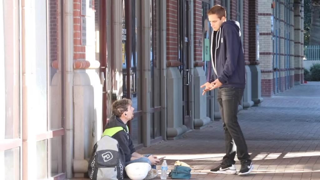 Парень раздает по $ 2021 на улице незнакомцам, чтобы люди начали счастливую жизнь в новом году
