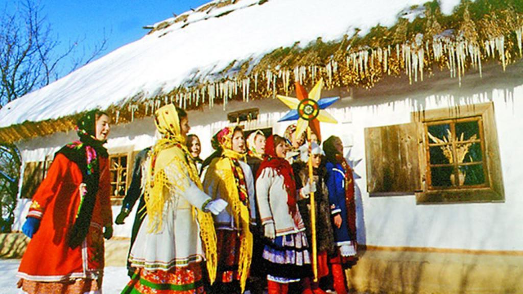 Садовые деревья украшали ленточками, а на пол стелили сено: как праздновали Святки на Руси