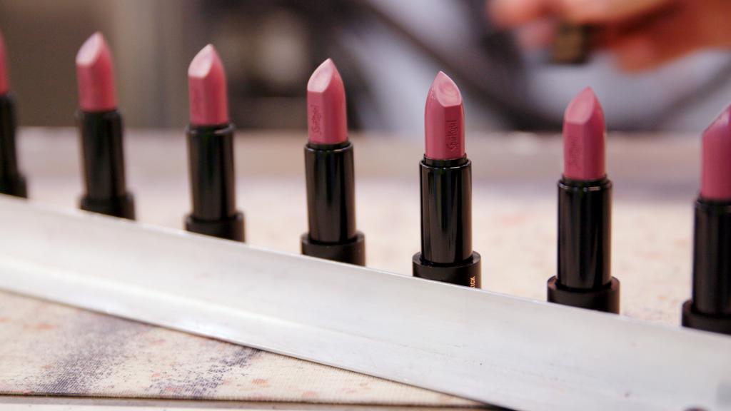 Искусственный интеллект помогает создать индивидуальный цвет губной помады на основе селфи, сделанного клиентом