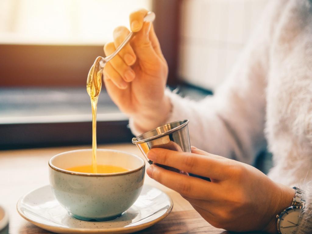 Делаем успокаивающий чай для горла с медом и специями (еще он очень вкусный и простой в приготовлении)
