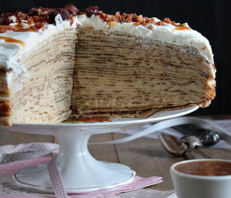 Блинный торт с яблочным соусом и карамелью: лакомство для тех, кто решил позабыть о диете