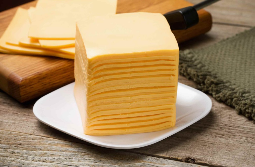 В состав твердого сыра входят холестерин и плесень, что вредно для здоровья