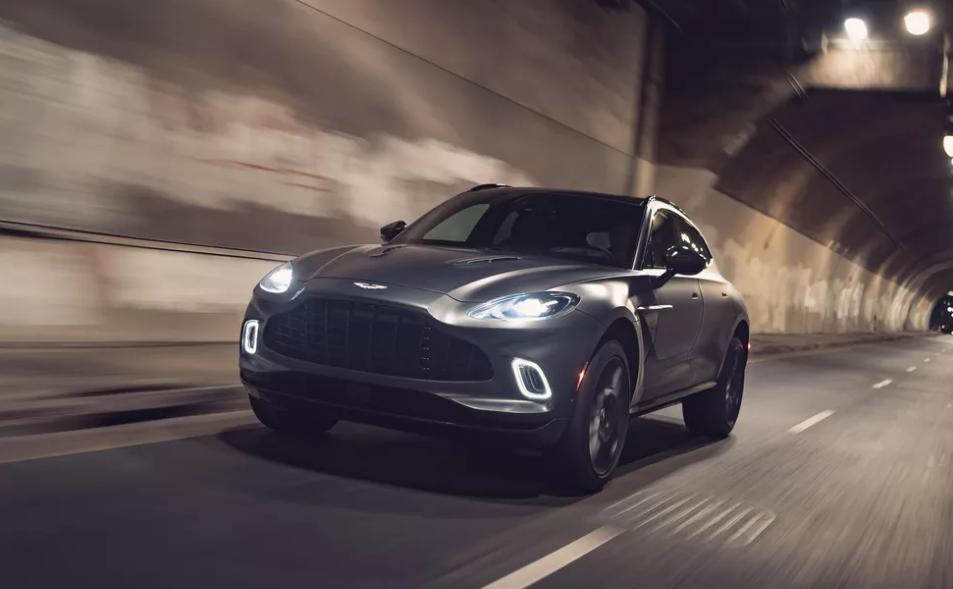 Aston Martin DBX 2021 года - спортивный внедорожник с 8-цилиндровым двигателем с турбонаддувом