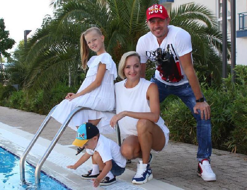 «Вижу, как ты стараешься»: фигуристы Роман Костомаров и Оксана Домнина с удовольствием поддерживают увлечение дочери