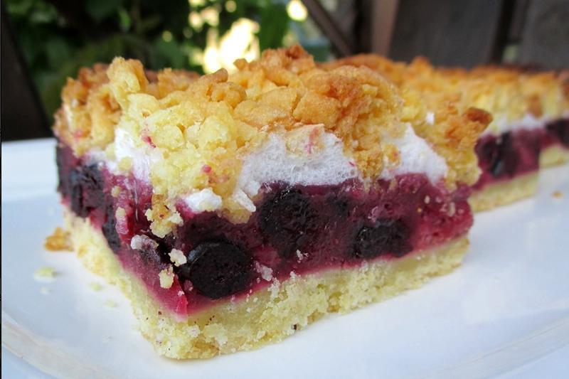 Тертый пирог с клубникой делаю по-особенному: с черноплодной рябиной и безе. Рецепт