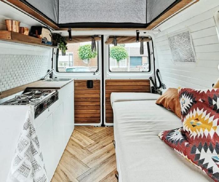 Семья из 4 человек превратила свой фургон в богемный дом на колесах: тесновато, но очень уютно (фото)
