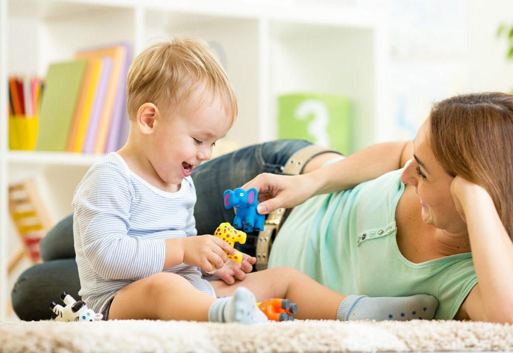 Когда у мамы нет сил: 7 игр с детьми, во время которых можно полежать