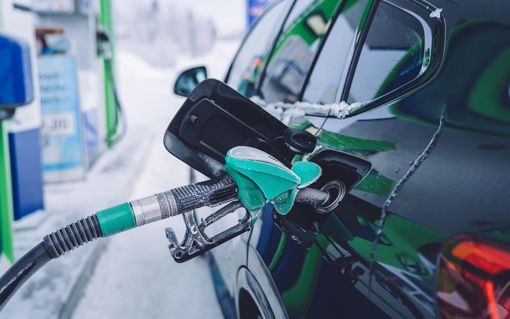 Зимняя опасность при заправке автомобиля: держим двери железного коня закрытыми