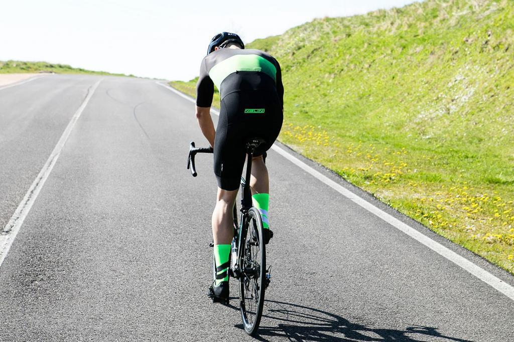 Велосипедные шорты оснастили искусственным интеллектом: датчики и провода будут излучать электрические токи в мышцы для повышения производительности