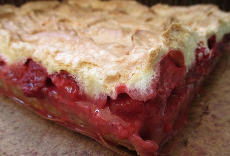 Пирог с клубникой и безе: вкусный и быстрый в приготовлении десерт