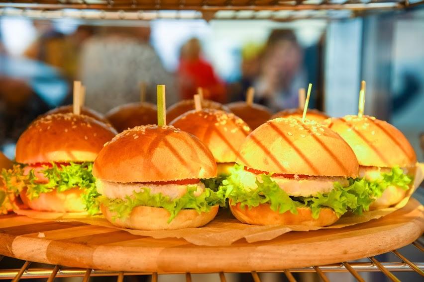 От колбасы до чипсов: диетолог назвала усугубляющие течение коронавируса продукты