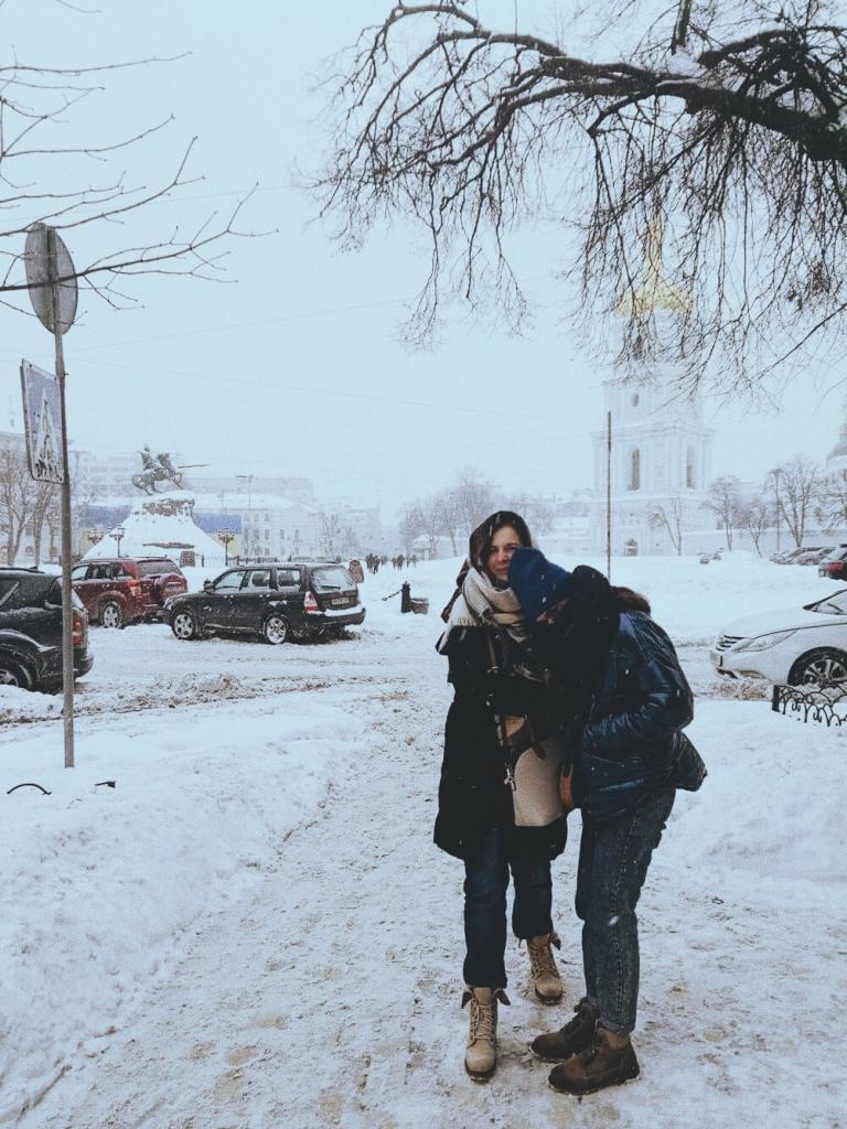 """""""Мам, ты не вернешься. Все будет хорошо, но по-другому"""": Оксана оставила дочь и уехала за границу, чтобы заработать на лучшую жизнь"""