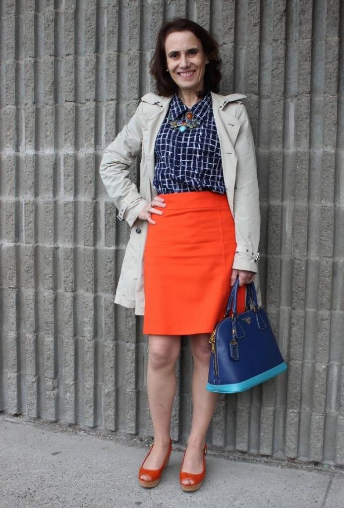 Оранжевая юбка может стать стильным элементом гардероба, если носить ее с подходящими вещами
