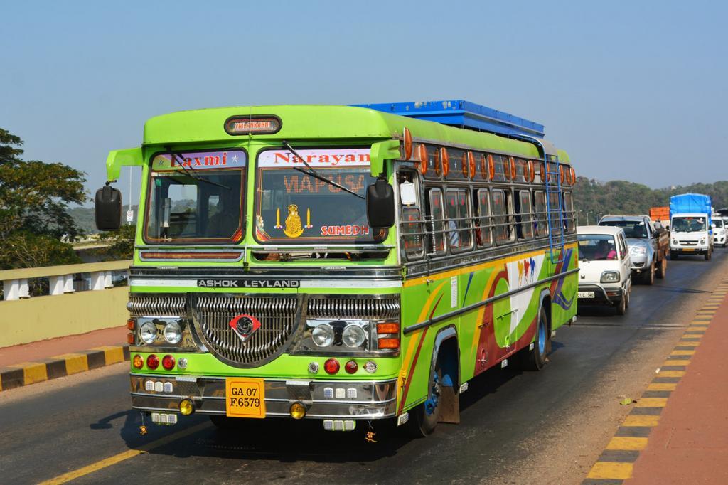 Индийский школьник постоянно опаздывал на занятия: полицейский договорился о смене расписания движения автобуса