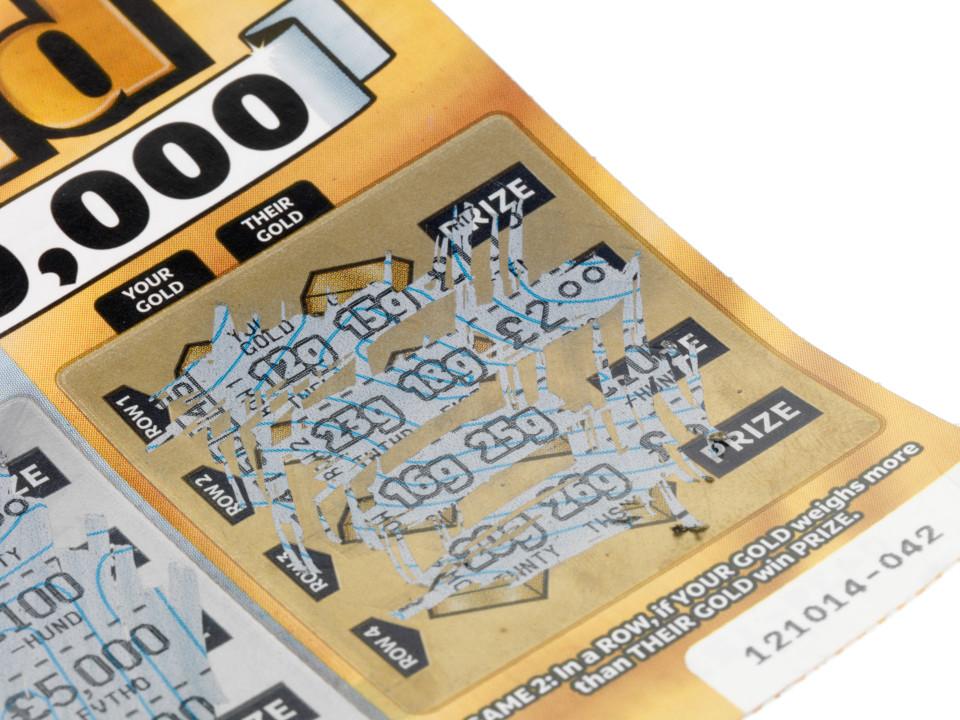 Девушка подарила своему парню на Рождество лотерейный билет. Когда он оказался выигрышным, попросила отдать часть денег