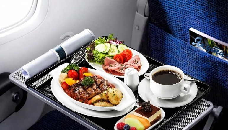 Если исключить 1 оливку из меню, то можно сэкономить 82 000 $ в год: секреты питания в самолете
