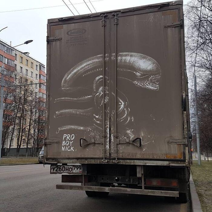 Владельцы грузовиков поделились фото рисунков, которые обнаружили на своих авто: автор - один и тот же человек