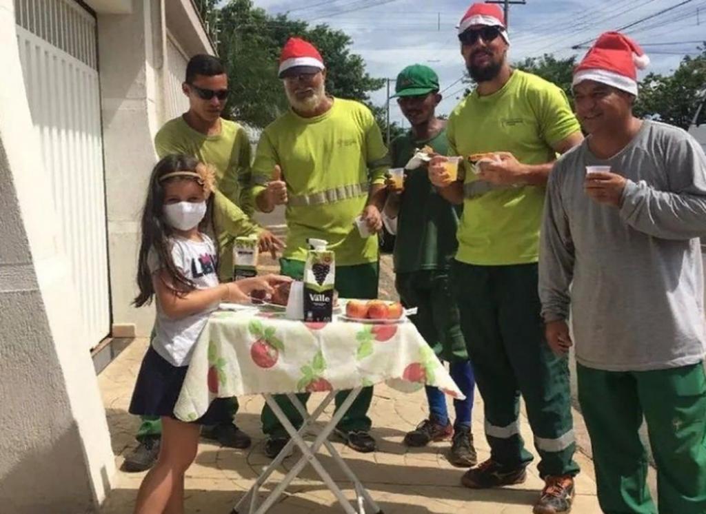 Шестилетняя девочка из Бразилии приготовила завтрак для сборщиков мусора, чтобы выразить благодарность за их труд