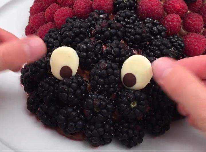 """Деток порадую """"божьей коровкой"""": шоколадный бисквит с ягодками станет отличным угощением для маленьких сладкоежек"""