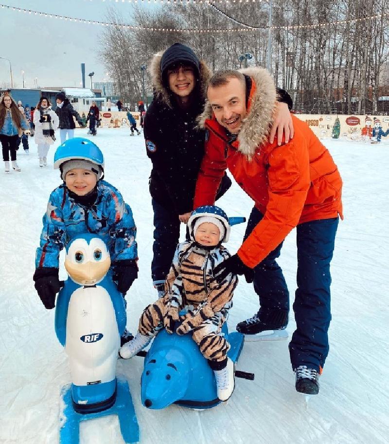 """""""В этом году все пошло не по плану"""": муж Нюши рассказал, как прошли рождественские каникулы, и поделился милой фотографией со своими детьми"""