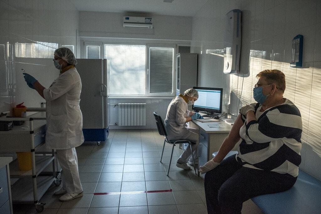 """Журналист The New York Times привился вакциной """"Спутник V"""" и рассказал, почему доверился именно русскому препарату"""