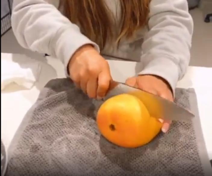 Девушка показала, как быстро снять кожуру с манго