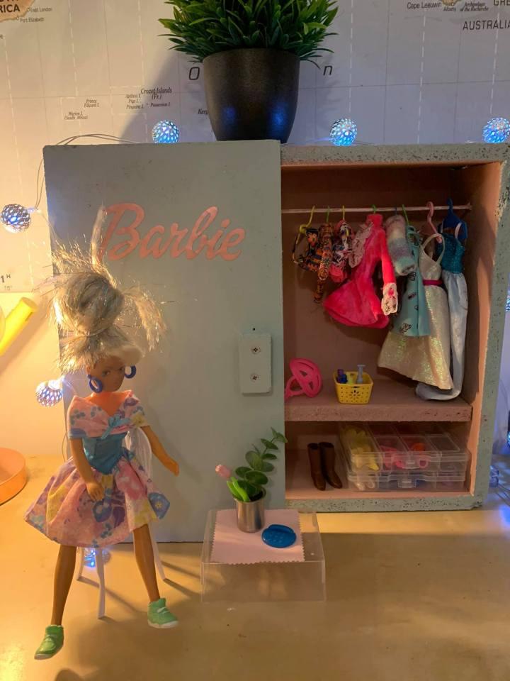 """""""Целый гардероб кукольной одежды за копейки"""": мама сэкономила 100 фунтов на подарке для дочки, а папа сделал шкаф"""