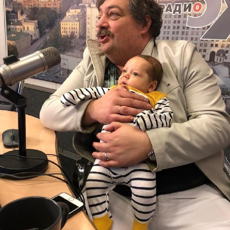 """""""Точь-в-точь отец"""": писатель и журналист Дмитрий Быков впервые показал грудного сына"""