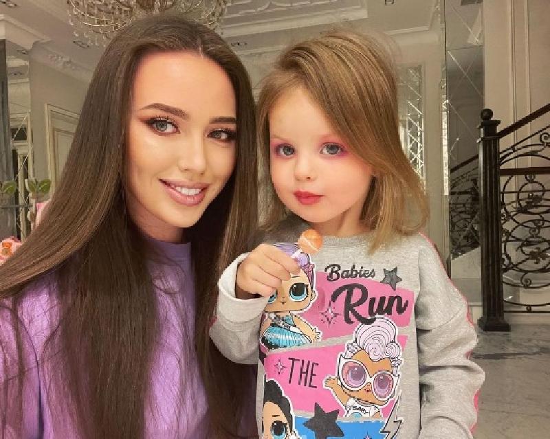 """""""Все, как у мамы"""": Анастасия Костенко сделала макияж двухлетней дочери (фото)"""