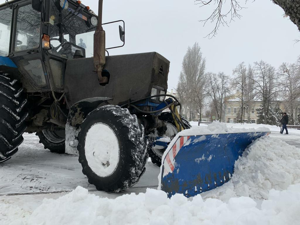Освобождением автомобилей из плена начался трудовой день в Самаре, где накануне выпало рекордное количество снега (видео)