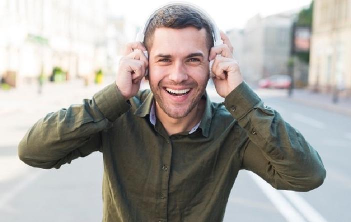 Взять карандаш в зубы и подойти к зеркалу: несколько приемов почувствовать себя моложе и счастливее