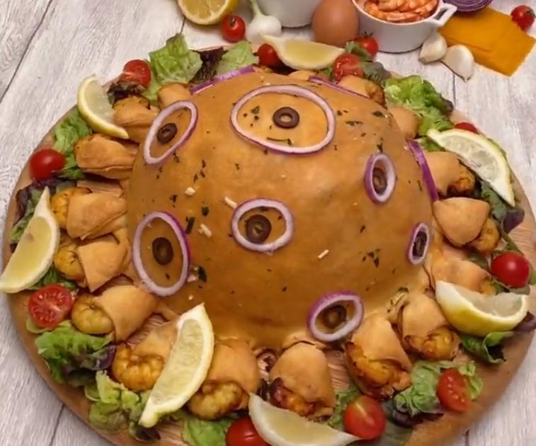 Праздничный стол удивил всех гостей: в центр поставила необычную пиццу-миску с креветками и сырным соусом