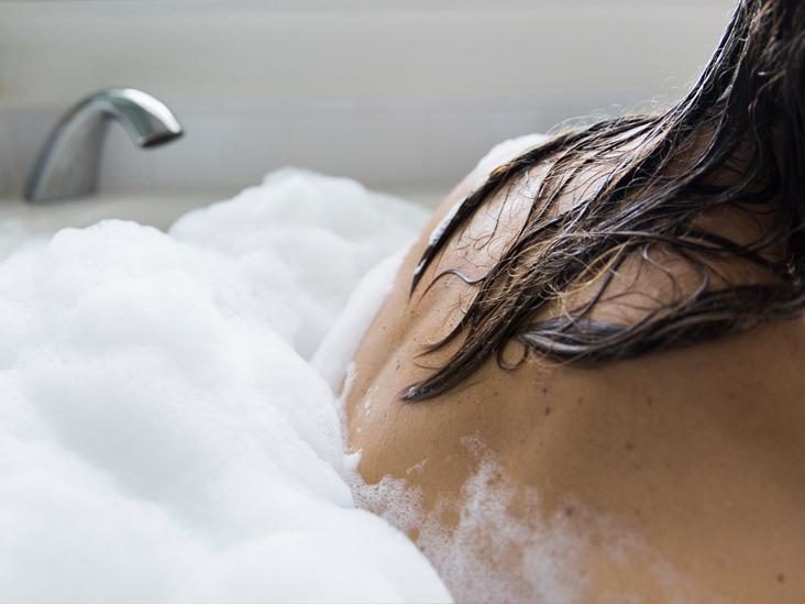 Как приготовить пенную ванну с витаминами и маслами для чувствительной кожи. Она очень расслабляет и успокаивает: берем рецепт на заметку