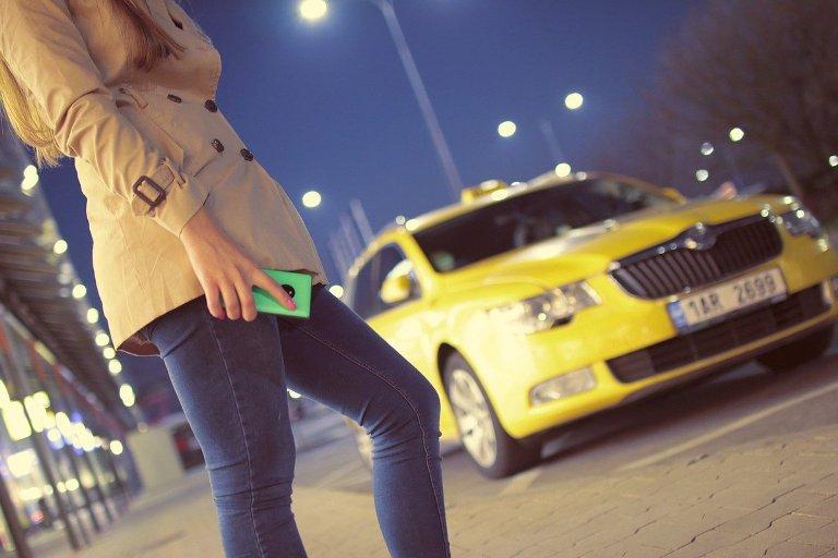 Наташа вызвала такси и обомлела. За рулем сидел ее бывший муж, который выгнал ее из дома много лет назад