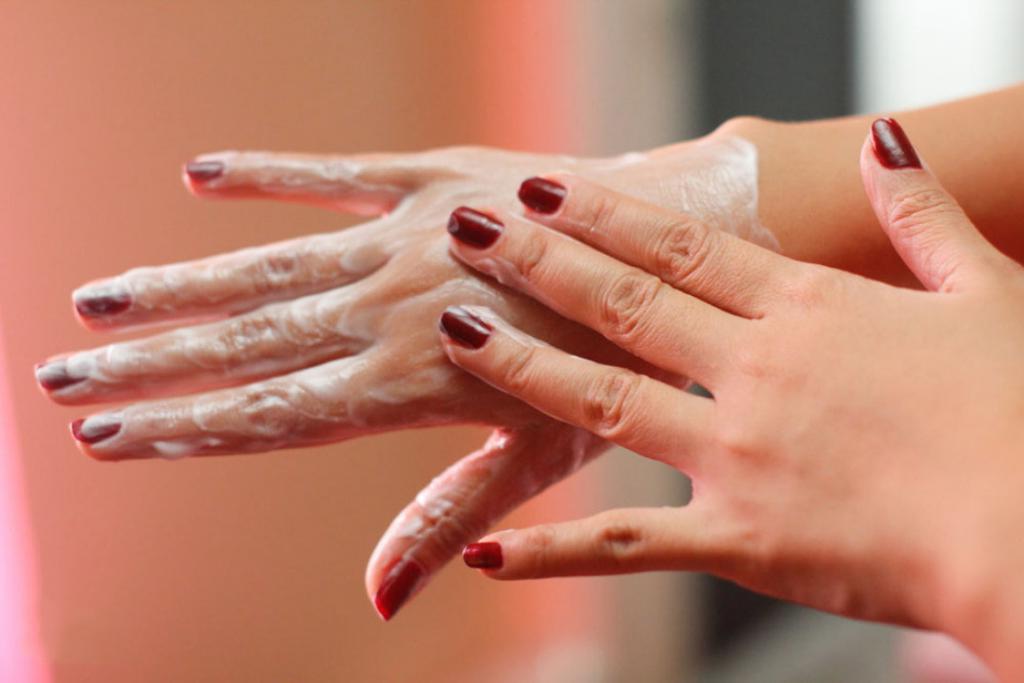 Недорого и эффективно: скраб из кофейной гущи и другие домашние рецепты для сухой кожи рук