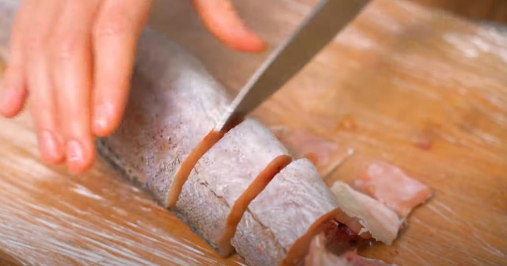 Рецепту уже много лет, он давно стал классикой русской кухни: сочный хек под овощной шубой