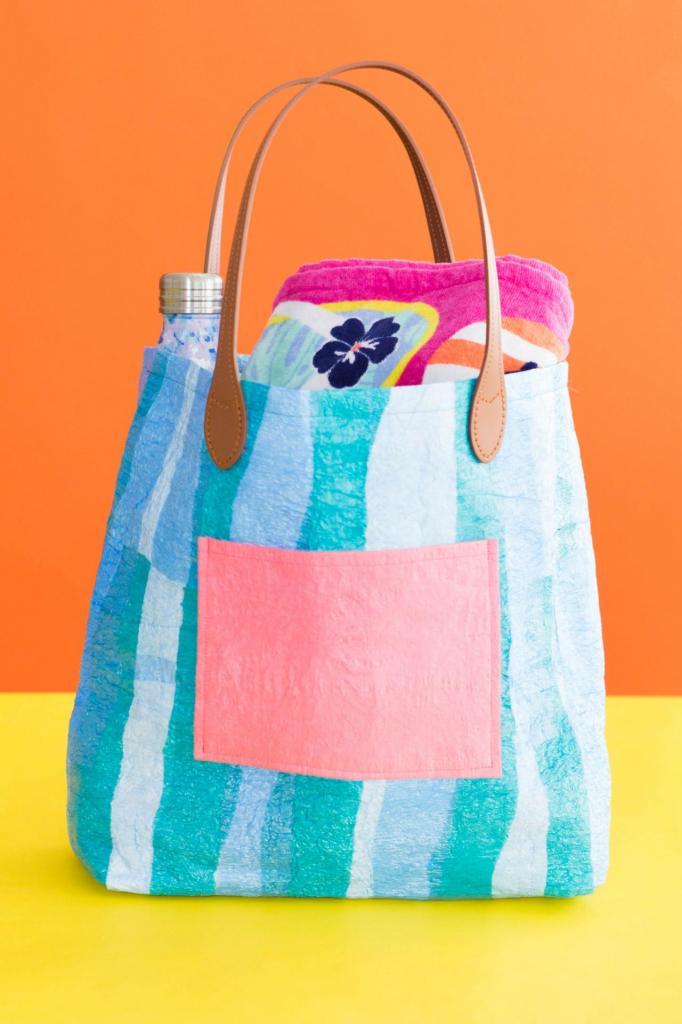 Из разных пластиковых пакетов сделала симпатичную сумку-шопер. Она прочная, легко моется и практически ничего не стоит